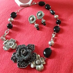 NY&Co Fliwered  necklace set